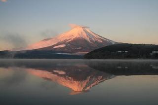 1月6日早朝の湖畔から今年の初逆さ富士.jpg