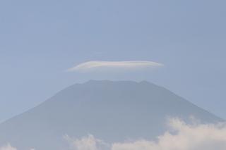 9月21日富士山頂と傘雲.jpg