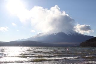 雲と湖と富士山.jpg